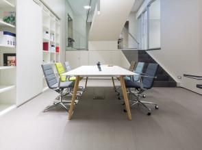 Table de réunion Bevel, pieds bois, plateau blanc