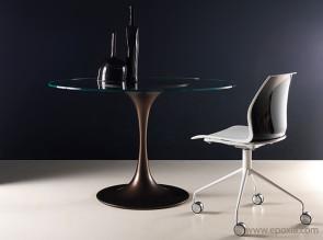 Table ronde Kono plateau verre transparent, pied bronze, chaise Kalea